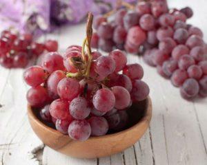 Красный виноград в тарелке