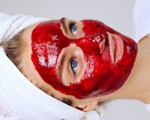 Маска из клубники на лице