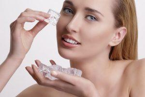 Протирание льдом лица