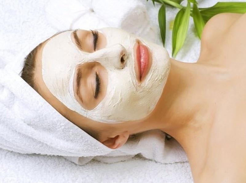 девушка лежит, маска на лице