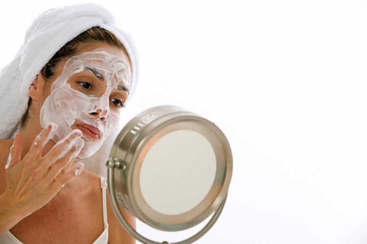 нанесение маски перед зеркалом
