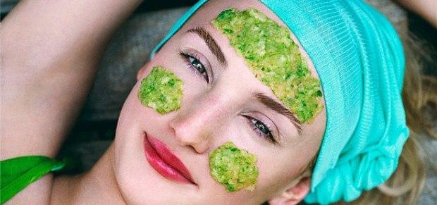 девушка с зеленой маской на лице и бирюзовой повязкой