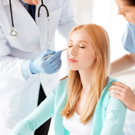 девушка сидит на приеме у доктора