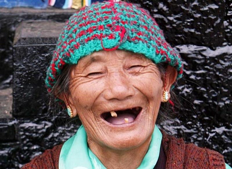 морщины, бабуля однозубая смеется