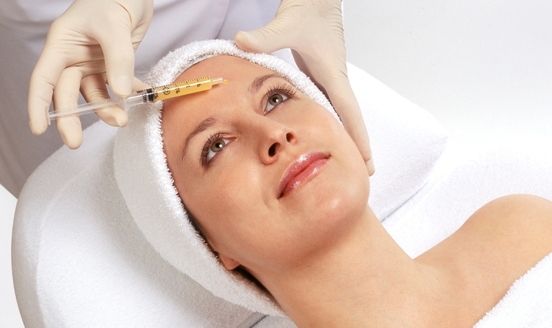 процесс процедуры женщина на кушетке