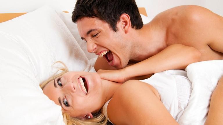 девушка и парень в постели смеются