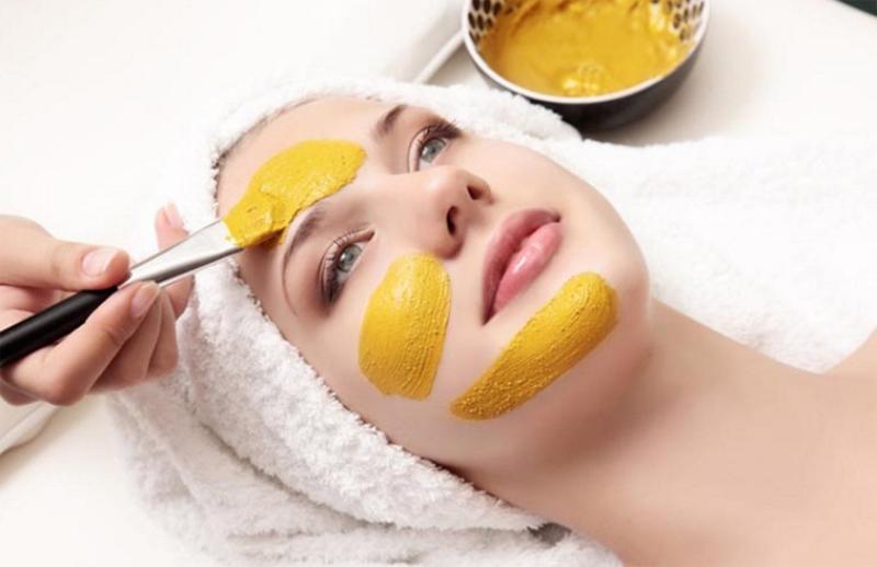 желтую массу наносят на лицо