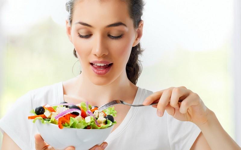 девушка собирается съесть салат