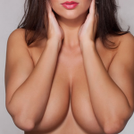 девушками руками прикрывает грудь