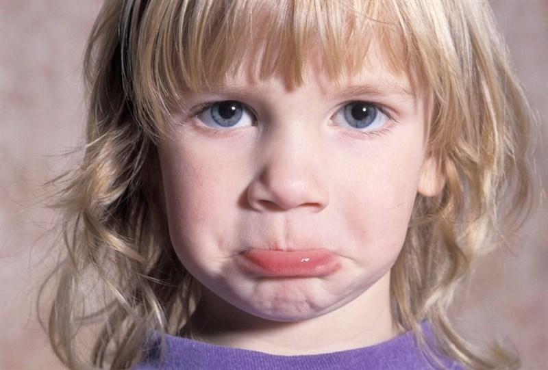 ребенок закусил губу