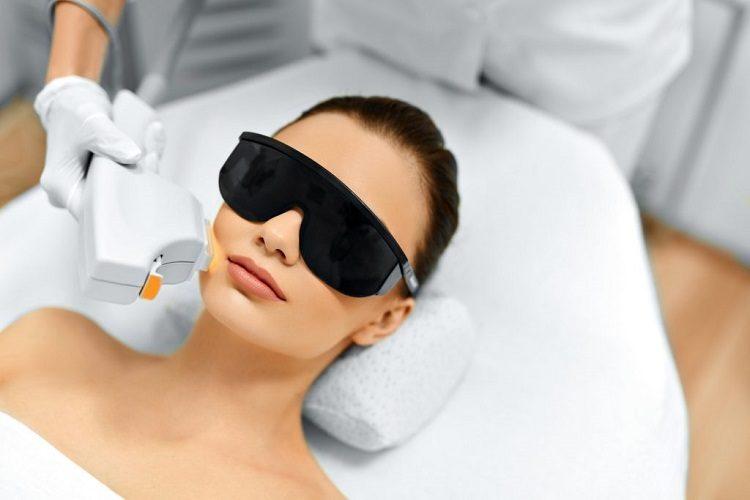 девушка в очках лежит у косметолога