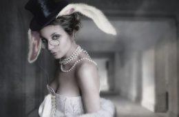 девушка в очках и с ушами зайца