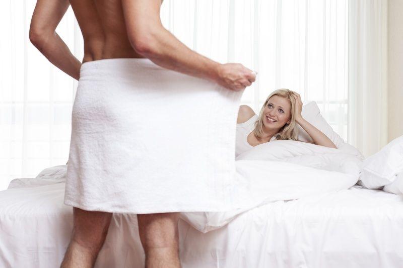мужчина в полотенце и девушка на кровати