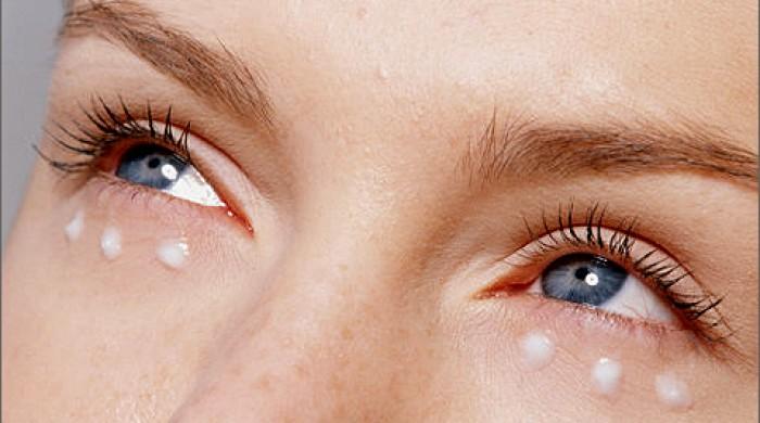 девушка с кремом под глазами
