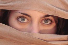 глаза девушки, лицо закрыто