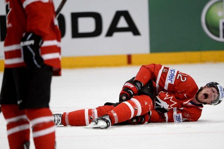 хоккеист лежит на льду Эрик Стааль