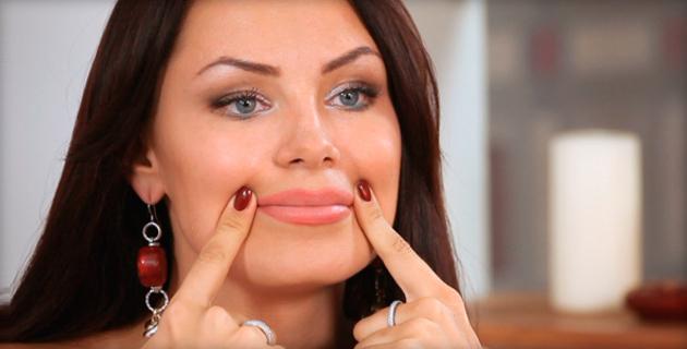 на носогубные складки давит пальцами женщина