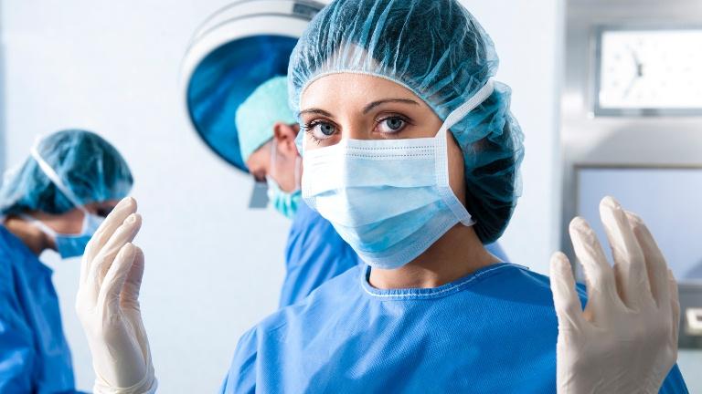 Хирург в работе