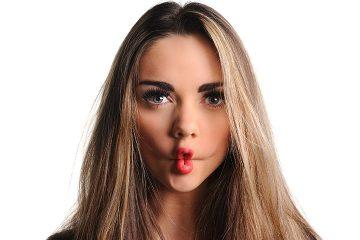девушка сложила губы в рыбку