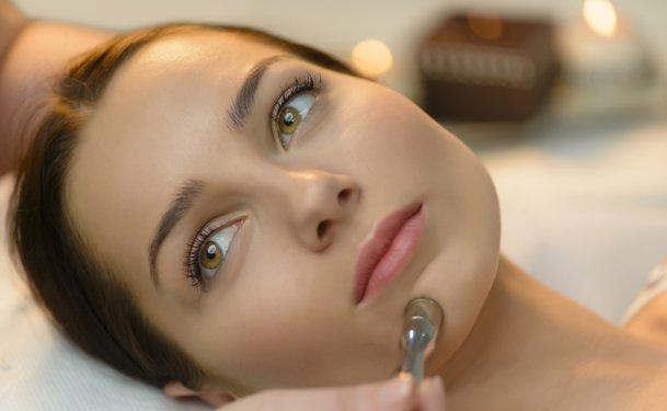 девушка лежит на процедуре дермабразии лица