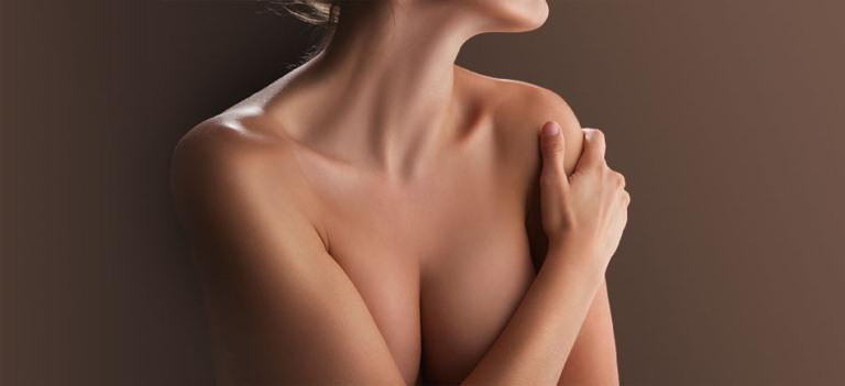 Женщина прикрывает грудь