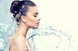 Вода на девушку