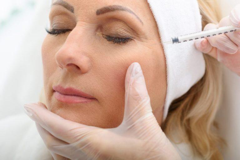 Женщине колют препарат ботулотоксина