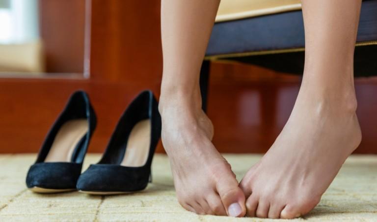 Женские ноги и туфли