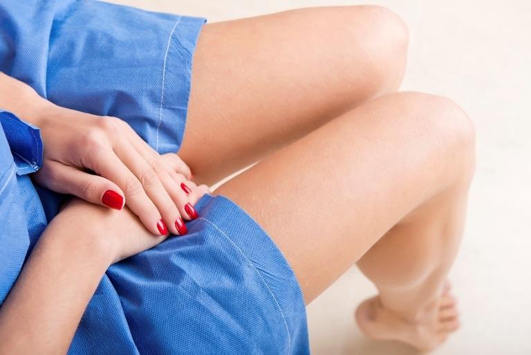 женские ноги в синей юбке