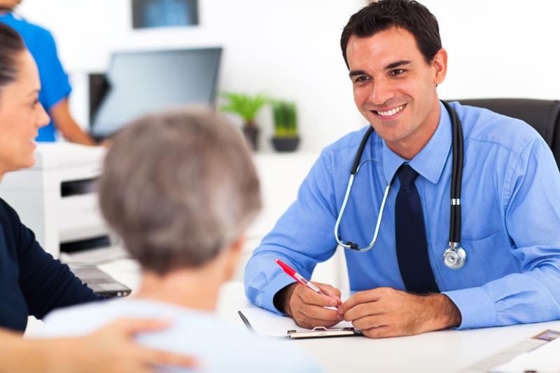 Врач рассказывает о ценах пациентке