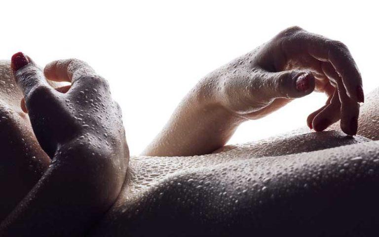 женское тело в капельках воды