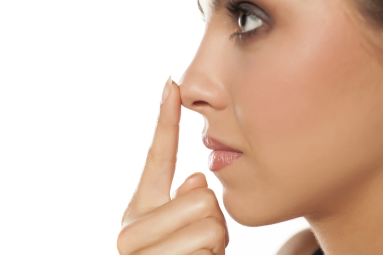 палец у кончика носа