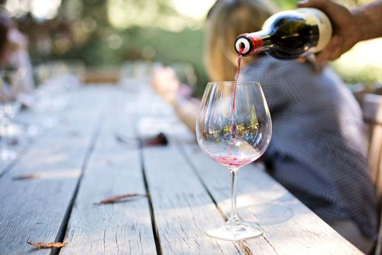 Наливается в бокал вино