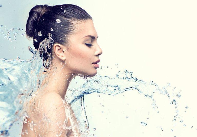 Девушку обливают водой