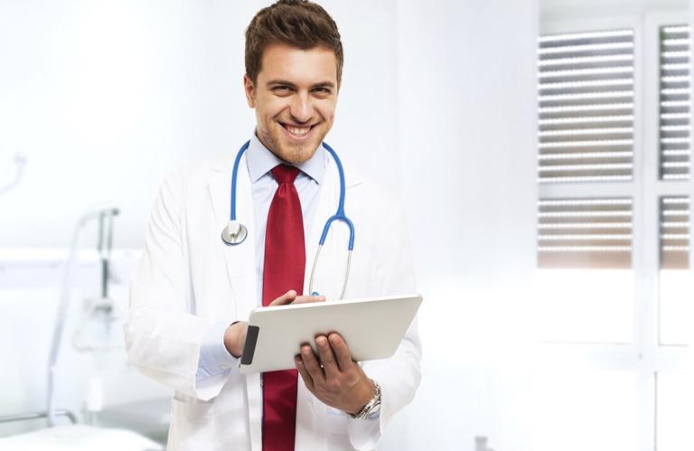 Доктор держит прайс с ценами по ринопластике в СПБ