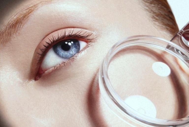 Увеличительное стекло возле глаз