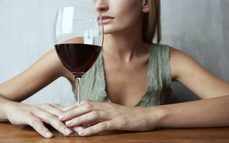 Девушка думает о совместимости Ботокса и алкоголя