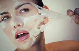 Девушка стягивает с лица маску