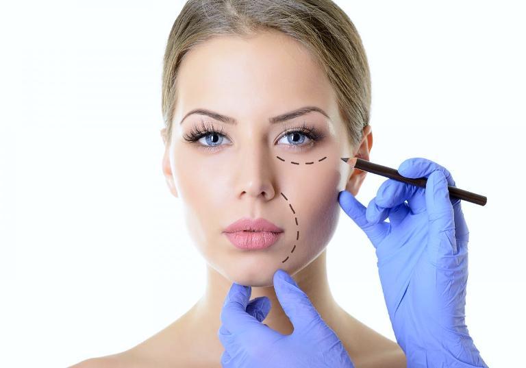 Чертеж на лице перед липофилингом лица