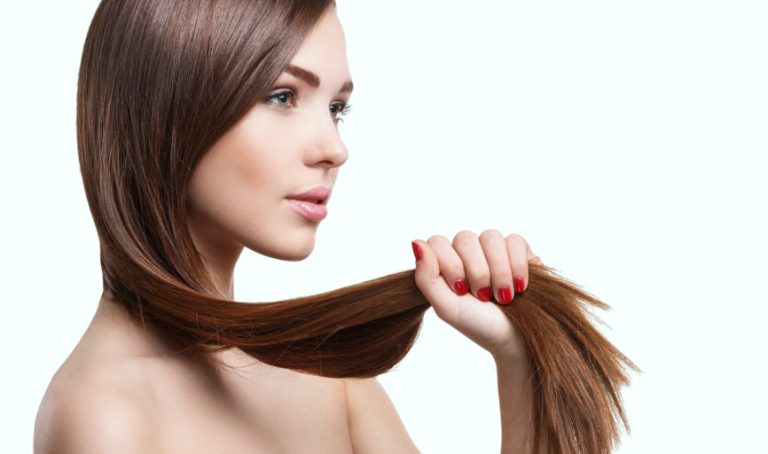 Девушка держит волосы