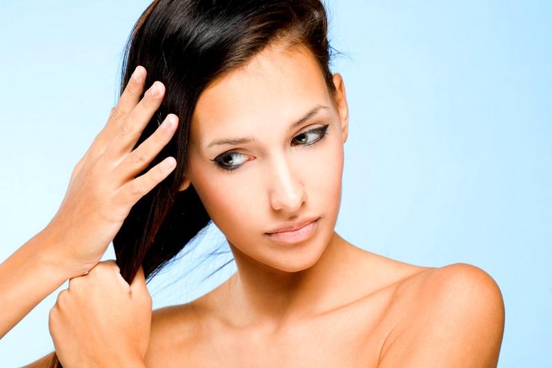 Девушка гладит волосы