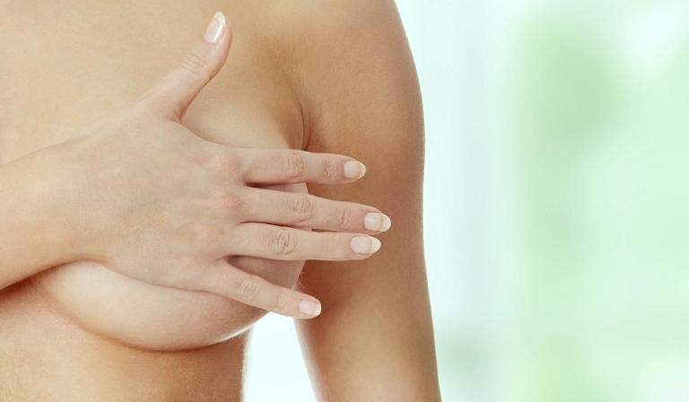 Рука на груди