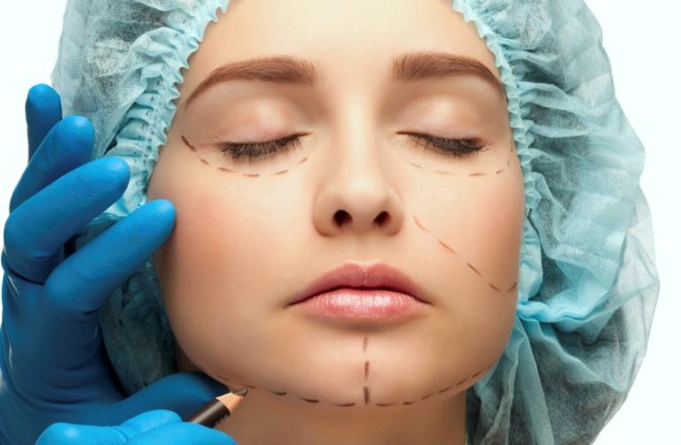 Доктор делает разметку на лице