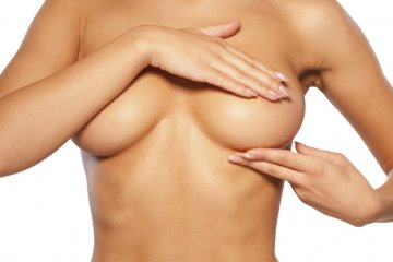 Девушка держится за грудь