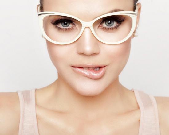 сомнения у девушки в очках