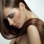 Девушка с волосами на плечах