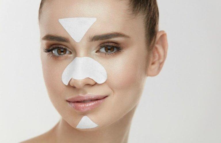 Пластырь на носу и лице