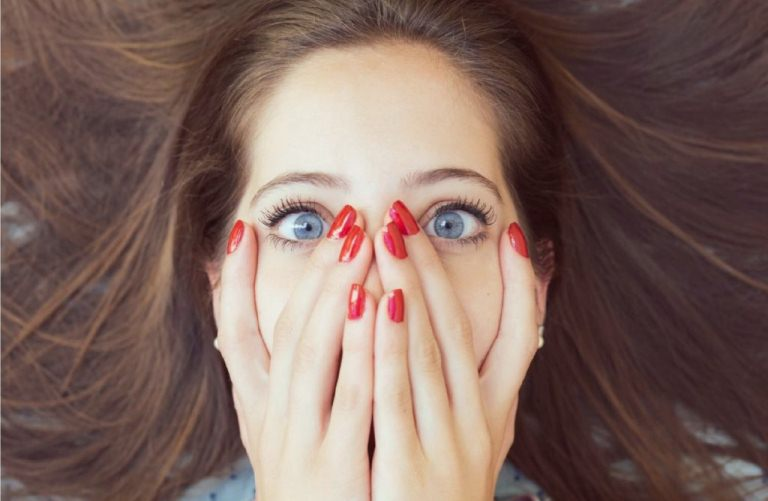 Девушка закрыла лицо