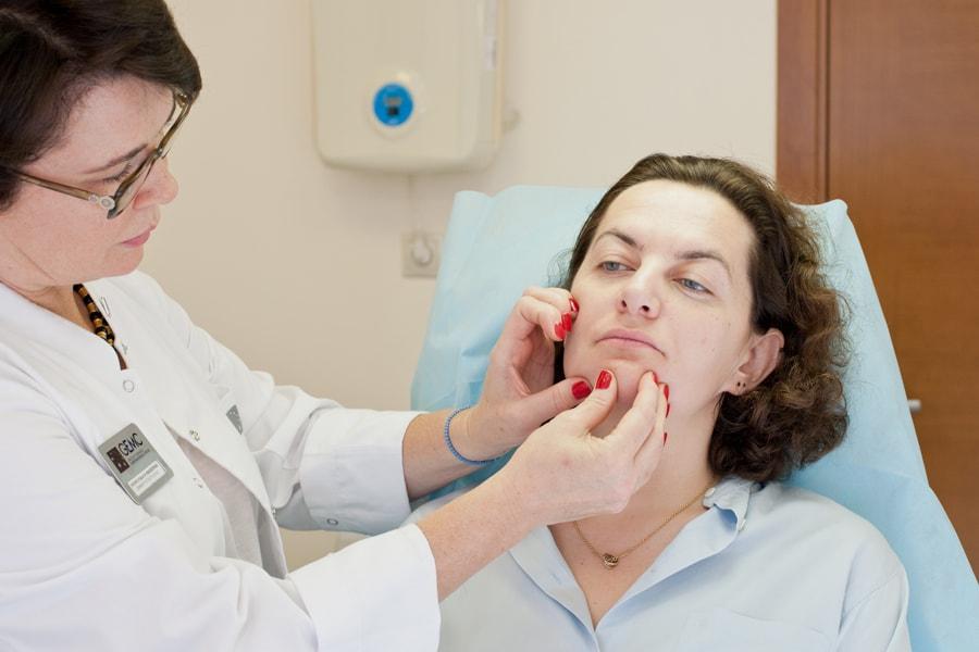 доктор осматривает пациета