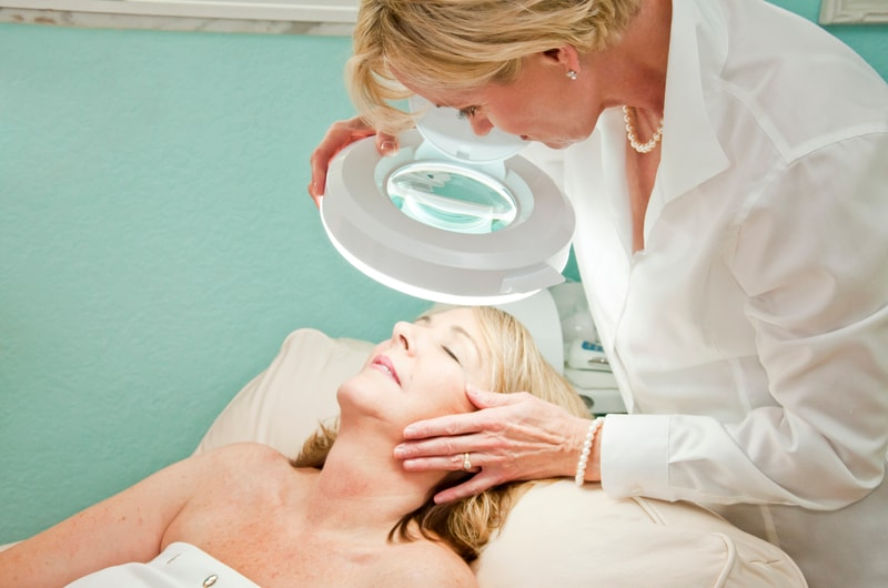 визит у косметолога пациент и доктор